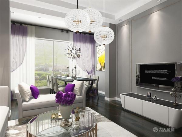 电视背景墙较为简洁,电视柜也是白色烤漆材质,与整体呼应,不会显得太突兀。整个设计都非常的简约,时尚,经济适用,越来越被大众所接受。