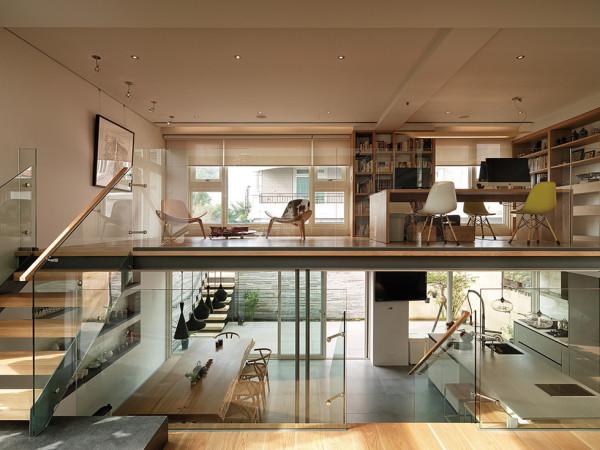 二楼的书房宽敞舒适,很适合在里面工作、学习。