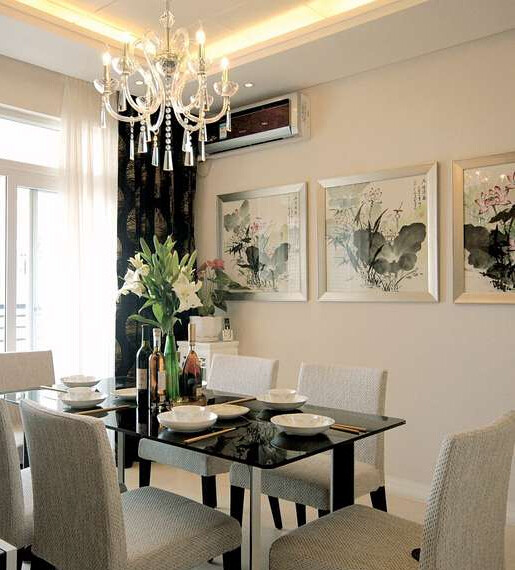餐厅是另一处展示中国文化的地方。一字排开的几幅水墨画,为这里增添了别样的风情,传达着中国文化的独特魅力。