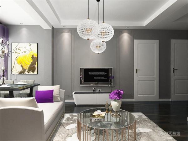 电视背景墙采用了黄色的圈边,很好的装饰了墙面,墙面贴了灰色纹理的壁纸,使整个空间都和谐统一。电视柜材质是白色烤漆,提亮了空间也与沙发相呼应