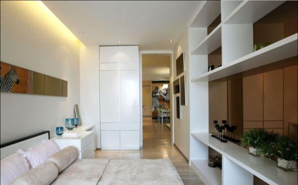 卧室背景墙和储物柜的柜面相呼应。