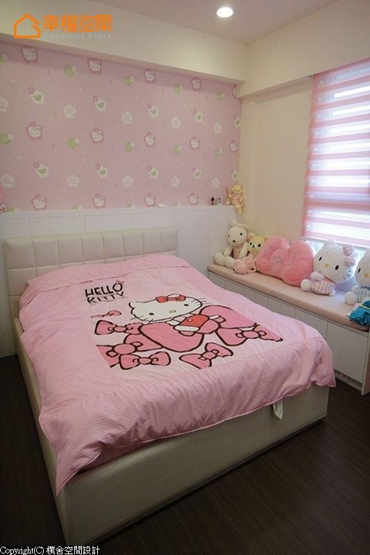 粉红色的卡通图腾壁纸搭配入烤漆床头,柔和着色彩表现。