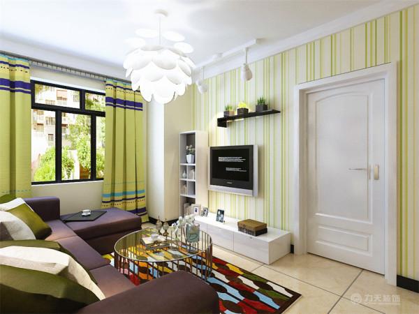 室内布置是以白色家具为主,对比色比较强。客厅的电视背景墙是以暖绿、米黄色壁纸来组成的,电视柜是以白色烤漆组成,显的整个空间比较温馨。沙发背景墙是以色彩丰富的画为主,整个墙体是以米黄色调为主