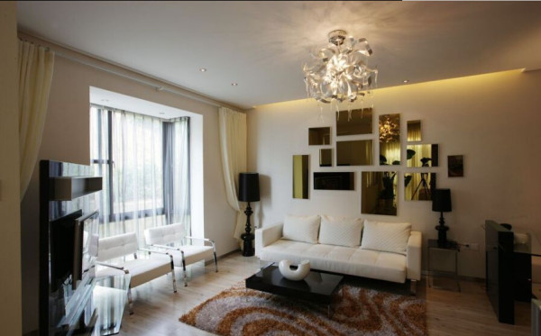 沙发背景墙依旧使用了镜子,取代了通常情况下的拼贴画。