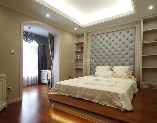 这间卧室的元素不多,采用了金属床架的设计,让欧式的气息十分浓厚,床下的地毯的布置让整个空间温馨柔软。