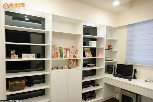 承袭着公领域的黑白对比,书墙部分朴舍设计团队 以黑镜为底材,无收纳需求时也有着装饰性的美感。