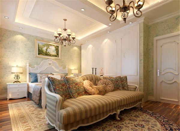 亮点:宽敞有序但又不过头的Simply Luxury 油然而现,主题式的大型豪华水晶灯画龙点睛般地破题出富豪人家的尊荣品味展示柜和欧式古典线版,让空间的古典人文质感更为浓郁与利落。
