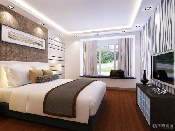 卧室采用木地板,减少光的反射为业主提供舒适的休息环境。整体空间功能性很强,塑造出安静祥和温馨的气氛,这些特点也为后期设计也奠定了良好的基础。