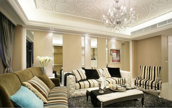 雕花的天花板将简单与华贵结合得十分完美。