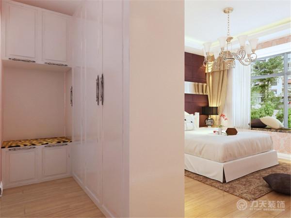 卧室的背景墙采用了硬包和镜面的搭配,整体明亮并且上档次。鉴于卧室面积较大,在卧室隔出了衣帽间的位置,用来储存衣物,十分方便。
