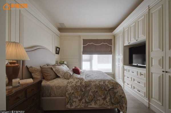 全室缀以壁板的主卧空间,风格营造之余也消弭柱体及更衣室开门存在感。