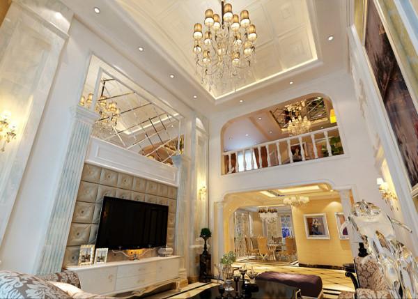 【成都实创装饰】复式—loft 简欧风格—整体家装—客厅装修效果图 创意背景墙 复式独有的挑空式设计感,在背景墙的设计上则分为两部分删繁就简打造镜面与软包的结合设计。