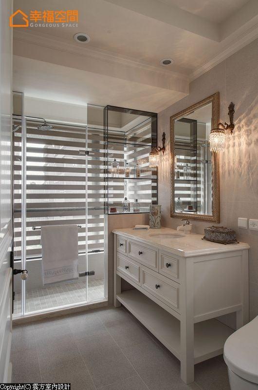 干湿分离的卫浴里,云方室内设计以茶玻做出淋浴时备品柜,全然透视给予最佳空间感。