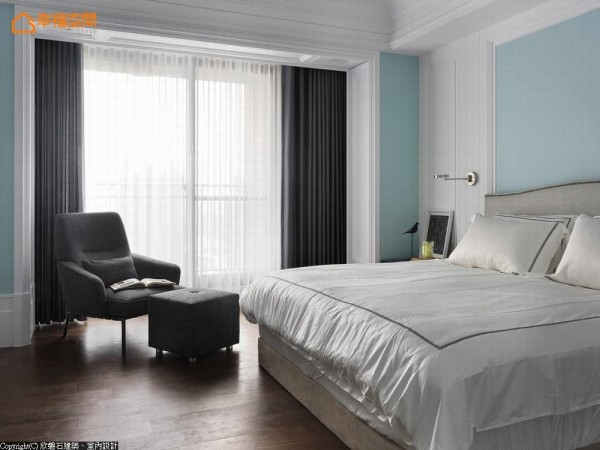 承袭公领域的线板手法,主卧房内同样转以窗框与收纳运用,品味满足屋主期待。