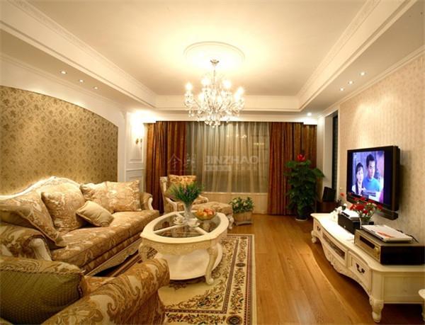 用稳重色而带有质感的沙发及窗帘,墙身用以墙砖和满屋的家具都是纹理清澈而带有阴阳反光感的高级实木,予以现代感而又高贵得体。