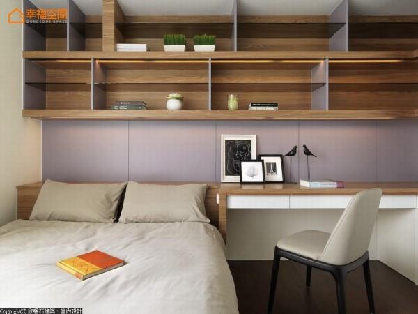 木皮与玻璃混搭成形地收纳架构,在主墙画面上呈现轻盈利落,又不减沉稳温度。