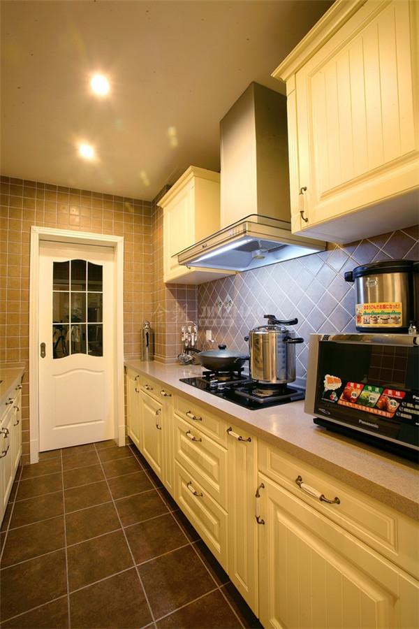 将传统欧式家居的奢华与现代家居实用性完美结合。在注重装饰效果的同时,用现代的手法和材质还原欧式固有的奢华气质。