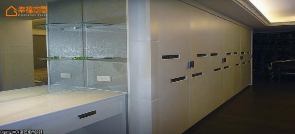 沿墙规划的收纳安排,试图争取最佳效益的机能发挥。