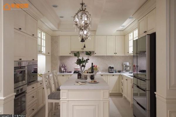 坪数加大的厨房除拥有ㄇ字型的电器设备,还备以足量收纳,满足了在国外学习甜点烘焙的屋主所需。