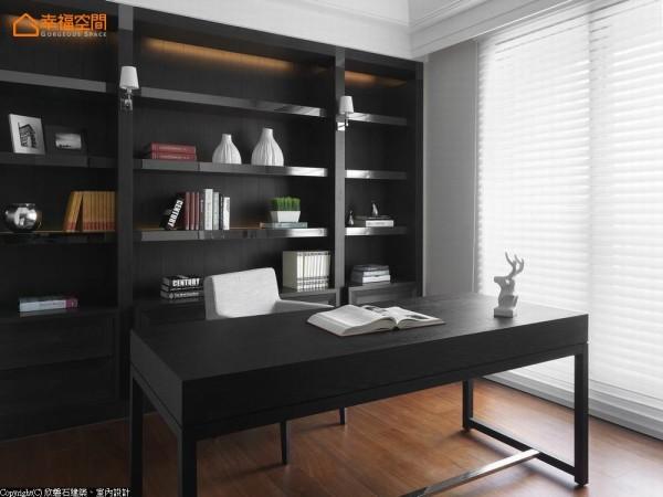 英式古典架构的书柜量体,层板前缘点缀入现代感钛金,混搭出英式现代的独有韵味。