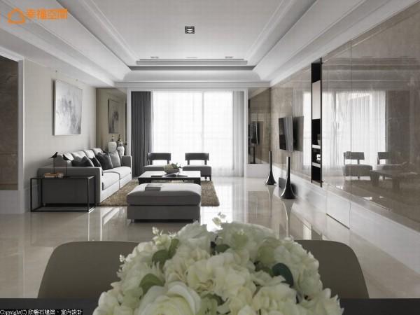 欲开展电视主墙面完整气势,设计师罗仕哲 将原本位于左侧的主卧开门、换以右侧方位隐藏,利落表现画面稳定性。