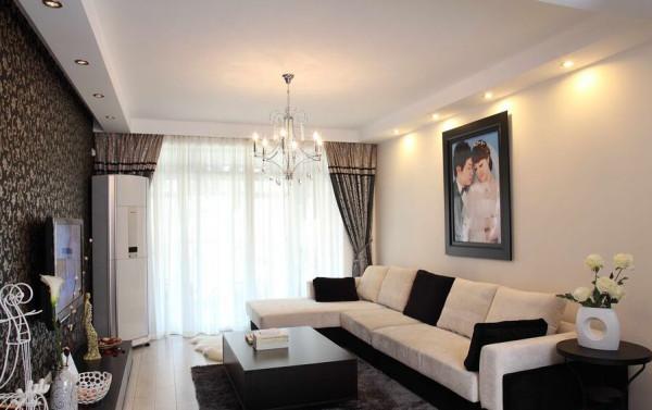 整体白色的沙发,用了黑色的靠垫点缀其间。