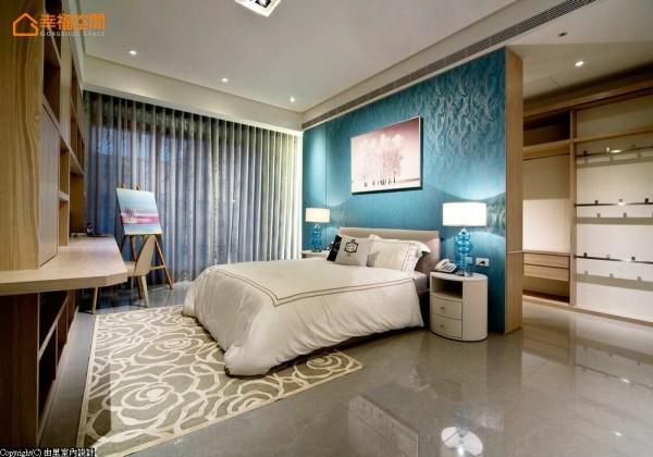水蓝色与银色图腾的床头墙面,营造多层次的变化,搭配华美的床头灯组与玫瑰图案地毯,油然地呈现空间的质感及浪漫。