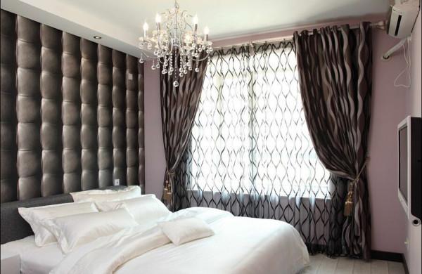 卧室背景墙采用了类似瓦片效果的壁纸,在平面上塑造出立体的感觉。