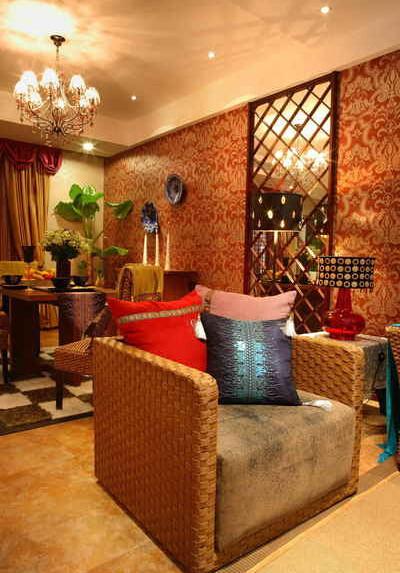黄色始终主导着客厅的格调。