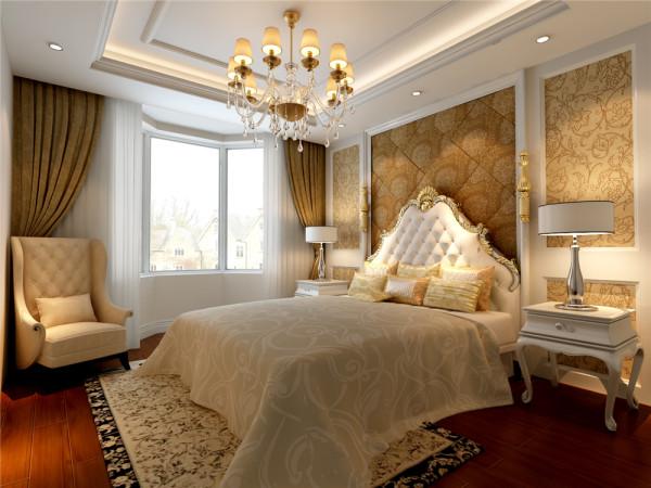 次卧粉白相间的碎花壁纸,配合局部装饰有金属色的白色欧式家具,使得整个主卧室变得温馨浪漫。卫生间古典的柜体配合顶面装饰性线条及水晶灯,使卫生间变得华美整洁。