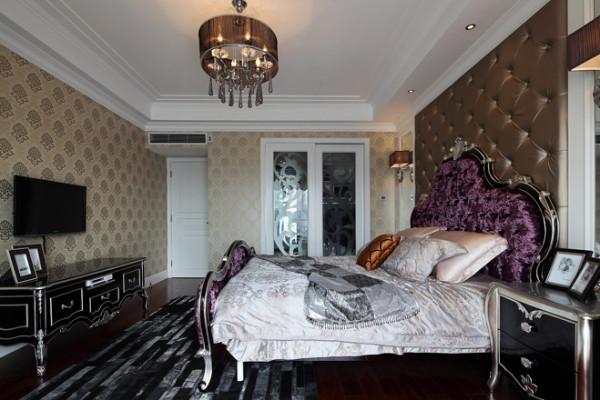 暖色带花墙纸,经典的欧式床具,纯白的衣柜。轻松敞亮的空间。