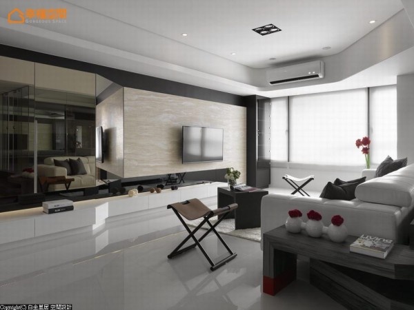 屋主喜爱的黑白色调中,唯一的彩度是由架高的和室地坪延伸而来的置物桌脚。