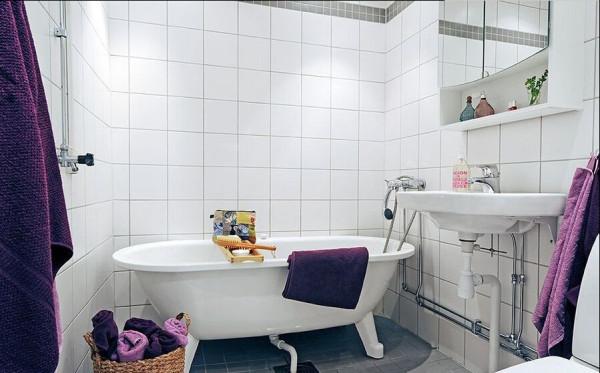 镜面的浴室柜在实用之余让不大的空间得到延伸。