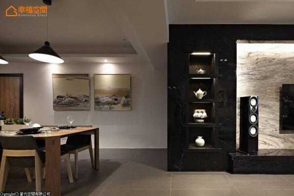 以内敛质感的黑云石框出蔚蓝海岸大理石的自然纹理,右侧为隐藏式的机柜收纳,靠近餐厅的左侧以开放式的表示层架规划,收纳屋主收藏的茶具。