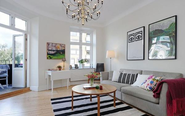 客厅在沙发一侧主要使用条纹装饰,黑色的直线贯穿始终。