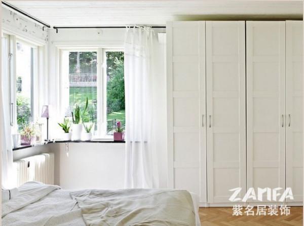 和墙面贴近的衣柜,房间显得大气十足