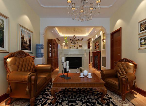 电视背景的后面是餐区侧则是壁炉,区别于普通的壁炉,实用性比较强的装饰台,配上舒适而拥有质感的简欧版型的沙发,古色古香的展示柜,配有流行陶瓷艺术品,人性同时也为空间塑造了立体感和通透性。