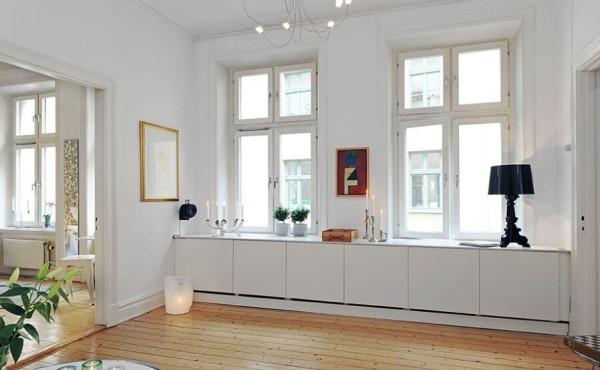 窗台下部的储物柜具有强大的收纳功能。