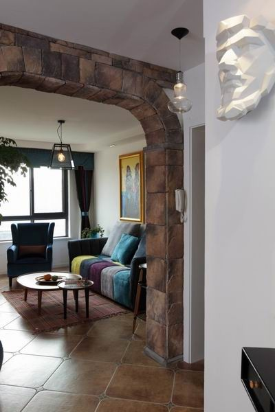 彩色沙发和白色的墙壁,素雅中带有一丝美艳。