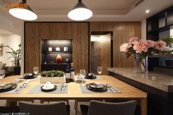 横向段落端景为收纳与展示合并的大型餐柜,呼应全室配色主轴以黑色铺底,加入深色木质的自然纹理,于简约中营造视觉层次,并将通往客浴及一间次卧的动线隐藏其中。