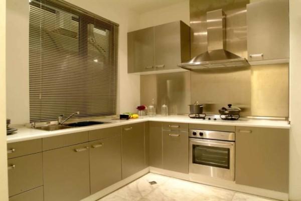 厨房则是简洁实用,橱柜的面板和台面选择易于清理,充满现代感。