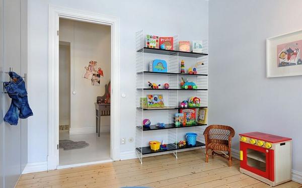 各种各样的玩具摆满了收纳层板。
