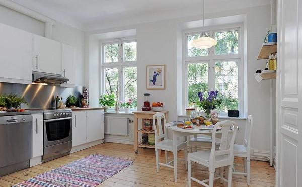 厨房地板上面积不大的一块地毯体现了主人对生活细节的关注。