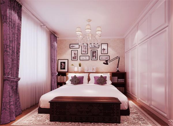 主卧室是最能体现业主身份品味的空间,设计师运用了与客厅的相同的色调,使得空间和谐统一。大气的家私,华丽温馨的壁纸饰面。