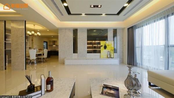 选择以卡拉拉白大理石作为厅区的主景画面,搭配了适度的灰玻表现,让视线能够顺势贯穿到后方的书房端景。