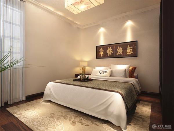 主卧室地面采用深色系木地板,给人一种干净舒适的感觉。墙面同客厅一样,刷浅咖色乳胶漆,同时配以艳丽的时尚照片。搭配上暖黄色的灯光,让人感觉到温馨。整体打造了一个让人舒适的休息空间。
