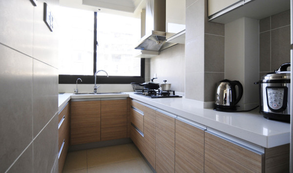 长长的厨房,有足够的活动空间,大大的柜台和空间充裕的柜子,收纳功能很强大的说。