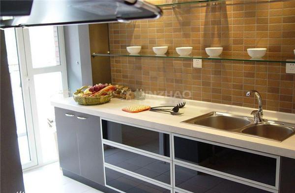 厨房的橱柜设计很现代,墙面处理经久耐用,上方空间玻璃格局的处理利用了空间也构成了美观的视觉效果,一举两得。