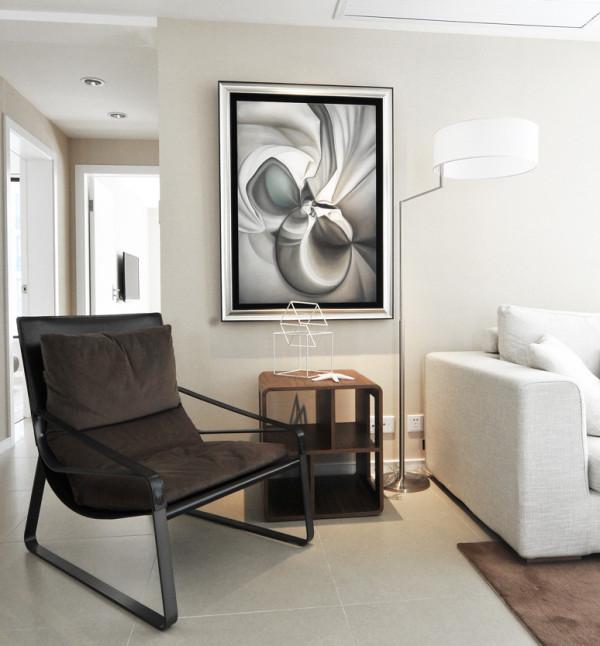 一幅抽象的画作挂在客厅的墙上,一进门就向客人展示了自己的艺术品位。