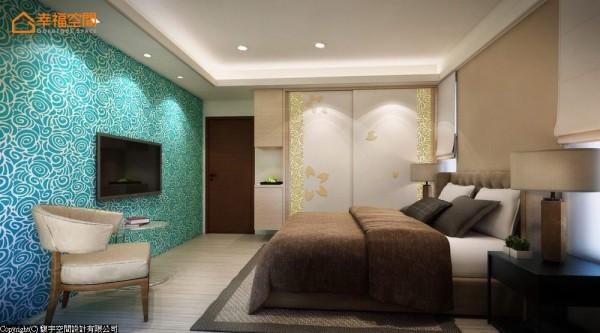 以大面积蓝色玫瑰壁纸为主视觉的卧房空间,衣柜亦使用金色的玫瑰壁纸与落花意象的图腾点缀。 (此为3D合成示意图)